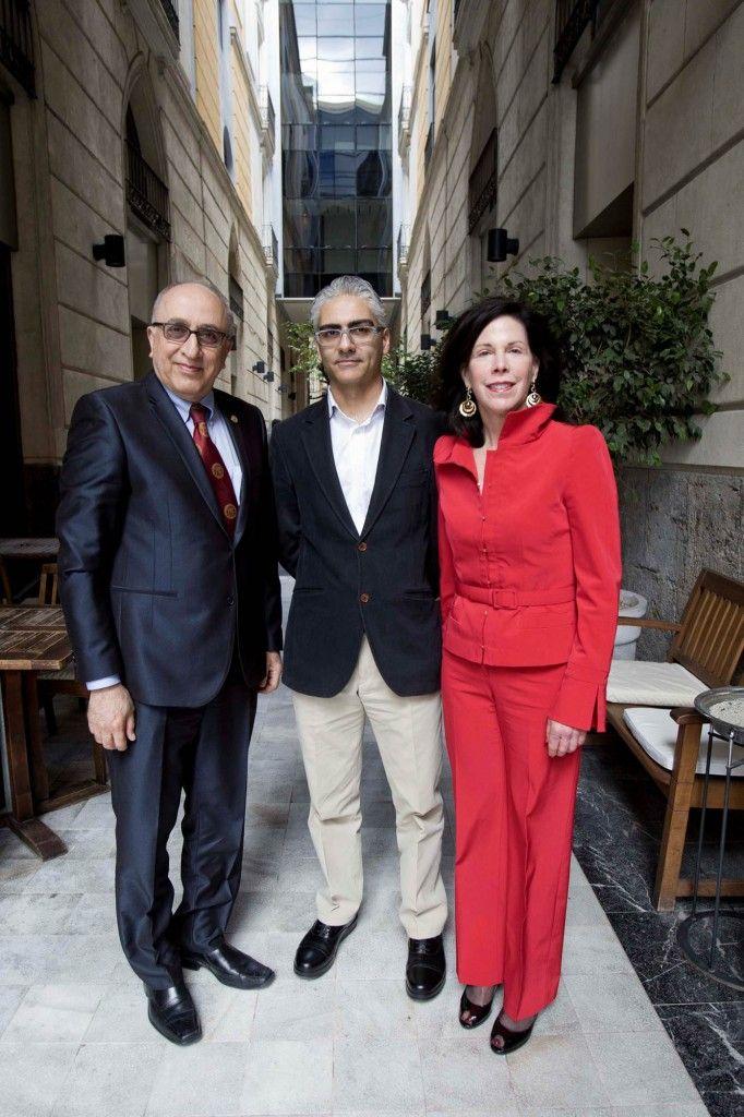 Los doctores Akbarnia y Ferrández, acompañados por la CEO de SpineMark International, Marcy Rogers.